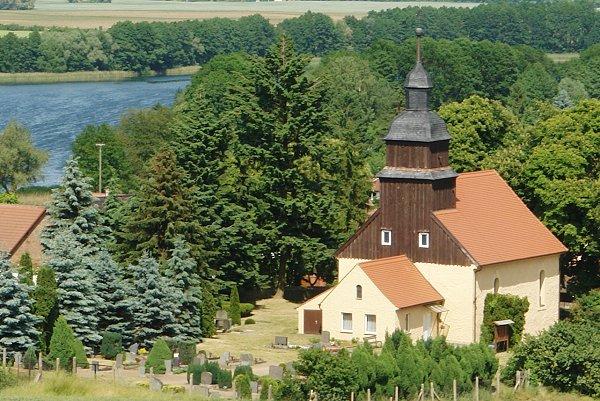 Naugarten - Dorfansicht mit Kirche und See
