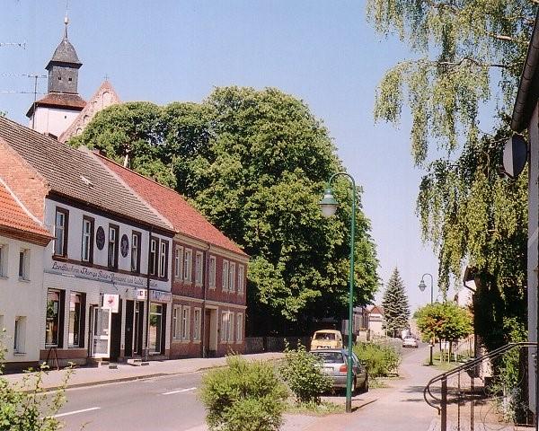 Fürstenwerder/Uckermark - Ernst-Thälmann-Str. - Blick zur Kirche