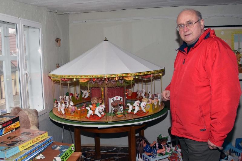Henning Ihlenfeldt an einem Spielzeugkarussell