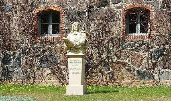 Gutsanlage Bülowssiege - Büste Otto von Schwerin